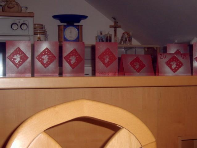 Izdelava novoletnih voščilnic (barvni papir, šablona in spreji)