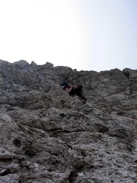 Roberto je vodu navezo čez skalovje
