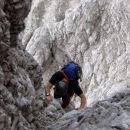 Dečko dobro se drži, čeprav še vedno ga skalovje skrbi.
