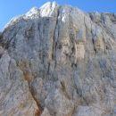 Najina smer poteka po poklini, ki teče levo od globokega kamina - Megakamin.