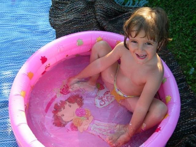 Liza v solinem bazenčku