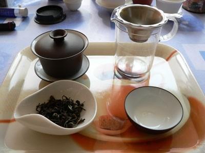 Osnovna oprema pri pripravi: gaiwan (glina z notranjo glazuro); vrček + cedilo; mala skode