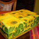 Moja prva kartonska škatla. Pobarvana z rumeno zidno barvo, servetek prilepljen z lesolom.