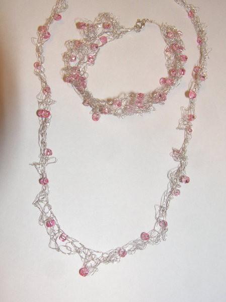 Prva kvačkana ogrlica z zapestnico