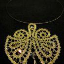 Moderna klekljana ogrlica (pikapolonica) iz idrijske čipke s swarovski kristali