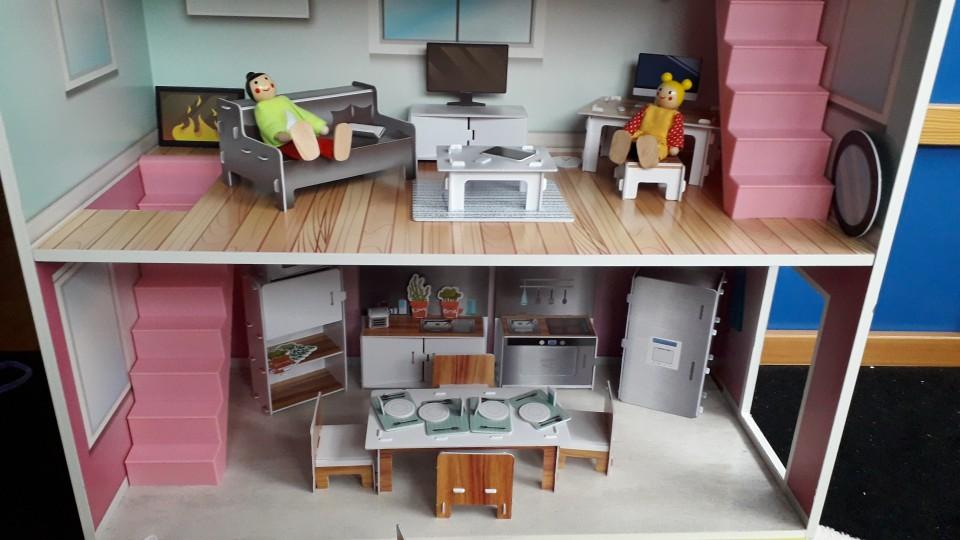 Lesena hišica za punčke z dodatki