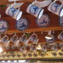 Pa še malo turizma in slik za razglednice :-) Njihov modro poslikan porcelan.
