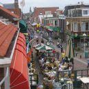 pogled skozi okno dnevne sobe - glavna turisticna ulica