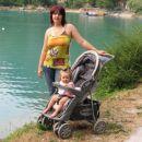 Jaz in mami ob jezeru zadaj so pa račke in ena ladjica z restavracijo!