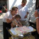 Julija je dala roke v torto!