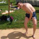 Davida mokre hlače vlečejo k tlom, kar ni dobro za odbojko