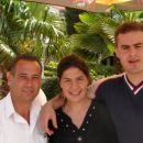 Nina in Franci v družbi obalnega kelnarja