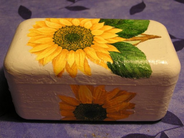 Škatlica od čokoladnih bonbonov, ki je že pri prijateljici