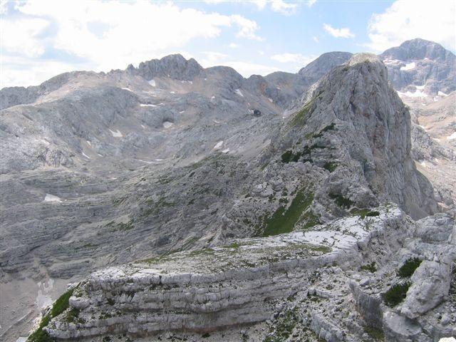 Pogled s Spodnje Vrbanove špice na 'plesišče', po grebenu do Visoke Vrbanove špice ter Tri