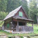 Na poti od Vršiča do Špička je lepa lovska koča 1485m