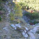 Pot na levo gre po lovski poti na Desko, desna markirana pa na Korošico