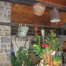 Lepo okrašena hiša s starimi orodji