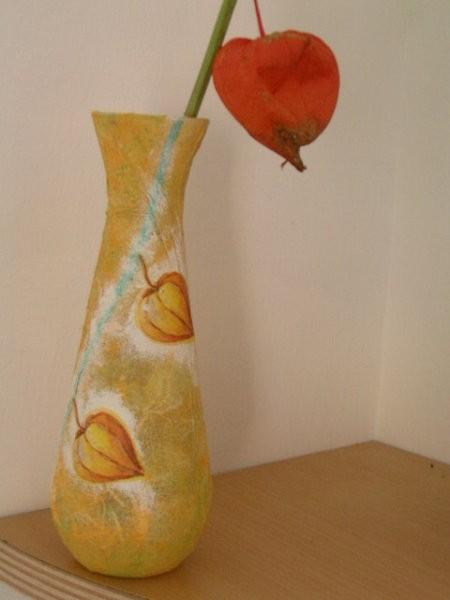 Vazica, oblepljena z riževim papirjem, pobarvana z gobico in okrašena s servetkom.