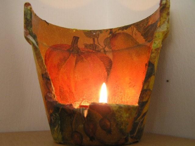 Svečnik narejen iz razbitega cvetličnega lončka, polepljenega s servetkom.