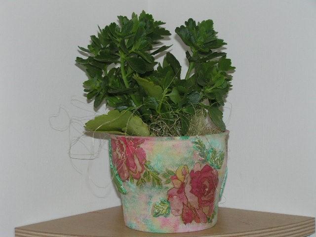 Cvetlični lonček s prvimi poskusi 3D servetne tehnike.