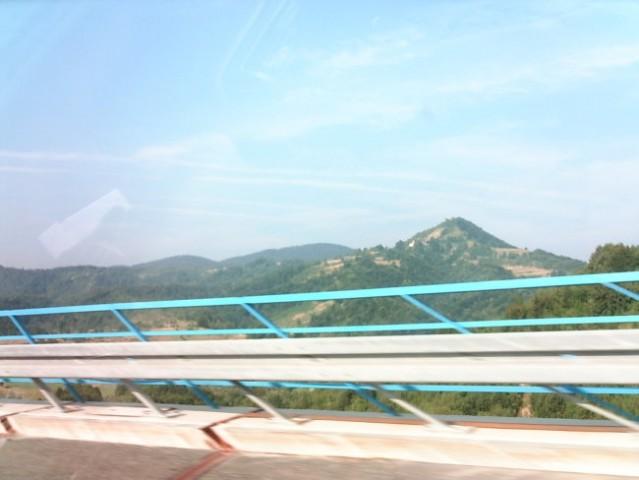 Vozimo se na morje, po nekem viaduktu...