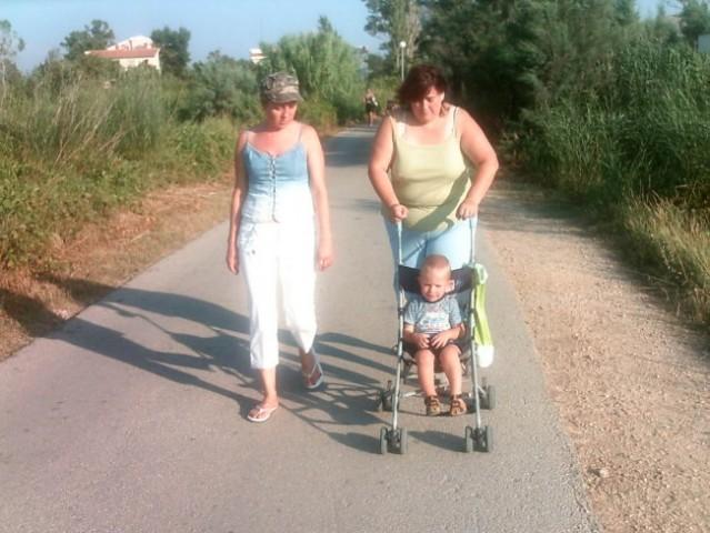 Sprehajamo se same babe, dedci so pa ribe lovil pa nič ulovil =P