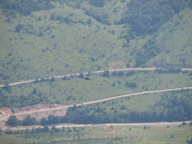 Celo pot gor in dol nas je spremljal vojaški helikopter