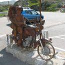 ter nekaj umetniških skulptur, ki prijetno popestrijo hribovsko pokrajino