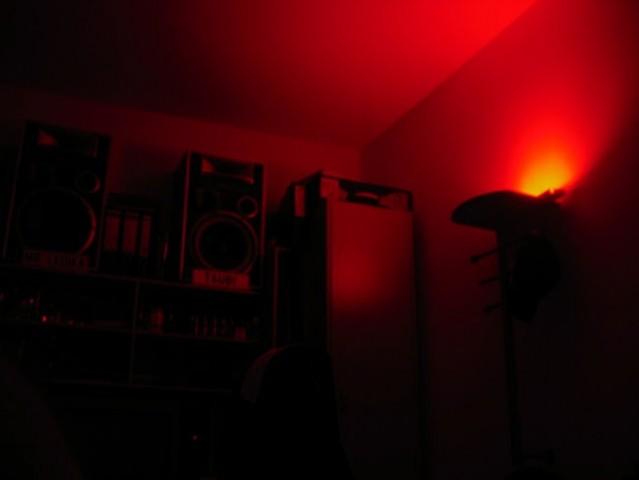 Dekorativna osvetlitev sobe v temi
