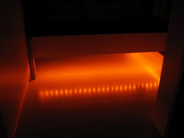 Osvetlitev pod postlo