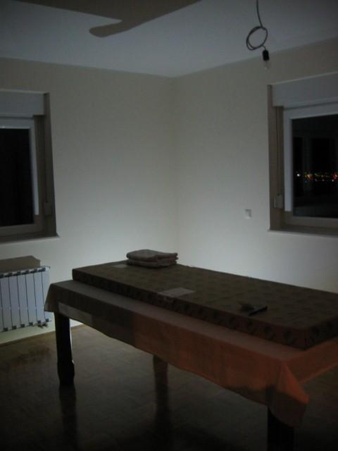 Ena 5W ledica, od sten 1m, do stropa 2,4m