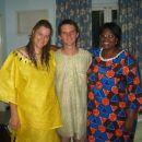 dva slovenca v tipičnih afriških oblekah (in tudi z afriško frizuro - darilo od najinih af
