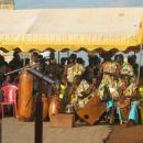 ki ga spremljajo tradicionalni ritmi... balzam za oči in ušesa :)