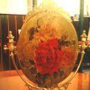 Zadnja stran ogledala, pobarvana z zlato akrilno barvo, servetek in lak.