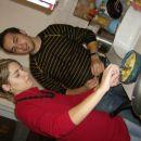 Laura med pripravljanjem krompirjeve omlete in David