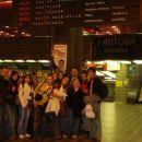 Na zelezniski postaji v pragi pred odhodom...skupinska fotka