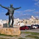spomenik domačinu domenicu v polignano al mare