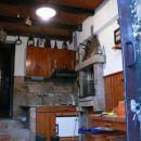 letna kuhinja-dnevni prostor z kuhinjo in kaminom