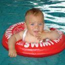 Prvič plavam v obroču.