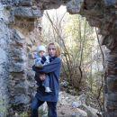 Pa še z mamico pri ruševinah.