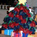 Rdeče vrečke za deklico, modre za dečka, na drugi strani visijo komplementarne vrečke za i