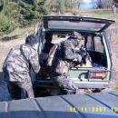 Za boljše kritje sta vojaka odprla neprebojno zadnjo stranico vozila.