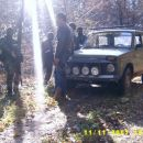 Drugo vozilo čaka, da prvo vozilo popravijo ker je bilo zadeto z RPG-jem in poškodovano. 1