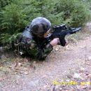 Max U.S - Lutenant pokriva Izzya pri napadanju kamnoloma kjer je ostal zadnji