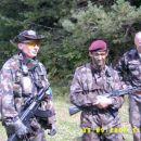 Mikk-i Poveljnik Sil Obrambe in Soulfly poveljnik sil Napada ter Brico v ozadju.